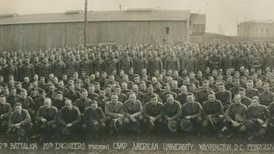 Foto oficial del 7º Batallón del 20º Regimiento de Ingenieros, en Camp American University, Washington, DC, antes de su despliegue en febrero de 1918, en el que se encontraba Jean Pierre Laxalt Etchart (Compañía C / Compañía 21) (http://www.20thengineers.com/images/ww1-7bn-before.jpg).