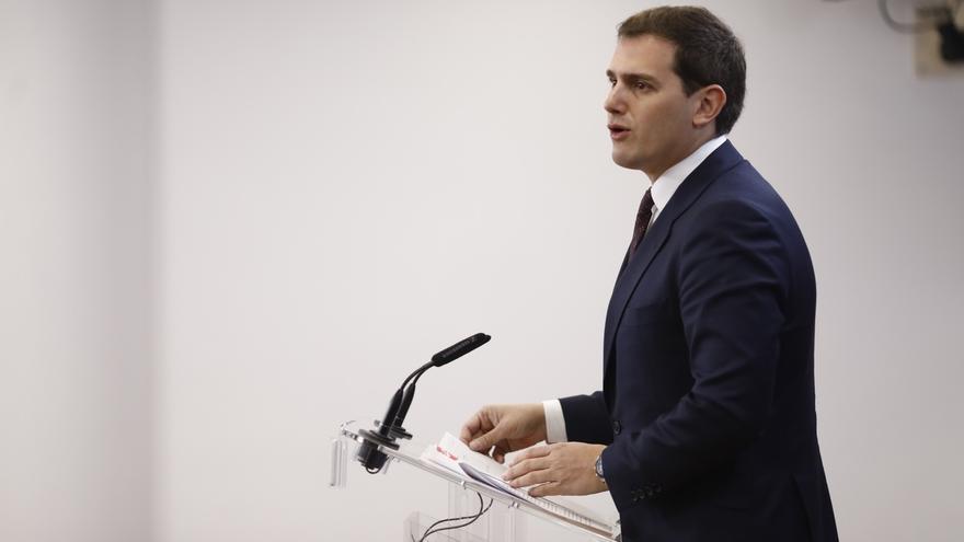"""Rivera insiste en que el máster de Cifuentes """"pinta feo"""", pero tomará decisiones tras escucharla en la Asamblea"""