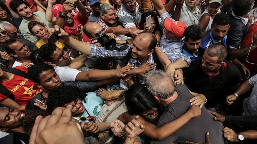Lula abraza a sus seguidores el 7 de diciembre en una visita a la ciudad de Duque de Caxias.