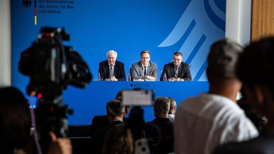 El ministro alemán del Interior, Horst Seehofer; el presidente de la Policía Federal de lo Criminal (BKA), Holger Münch; y el jefe de la Oficina Federal para la Protección de la Constitución (BfV), Thomas Haldenwang, ofrecen una rueda de prensa sobre el asesinato del político conservador Walter Lübcke en Berlín (Alemania), este martes.