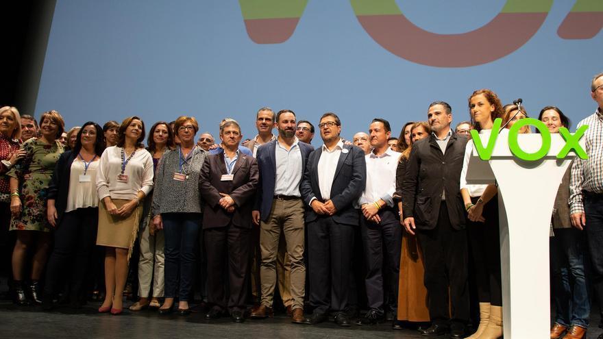 El presidente de Vox, Santiago Abascal, con los ocho candidatos de su partido en las elecciones andaluzas.