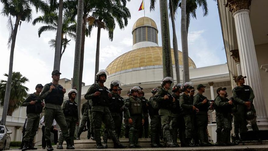 El Parlamento venezolano suspende su sesión al impedir militares la entrada a la prensa