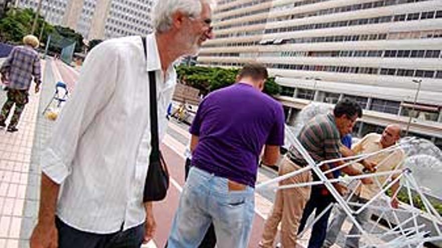 Un compañero felicita a Antonio Pérez, el ganadero en huelga de hambre. Antonio mientras desmontan la carpa frente al Gobierno. (L.J.V)