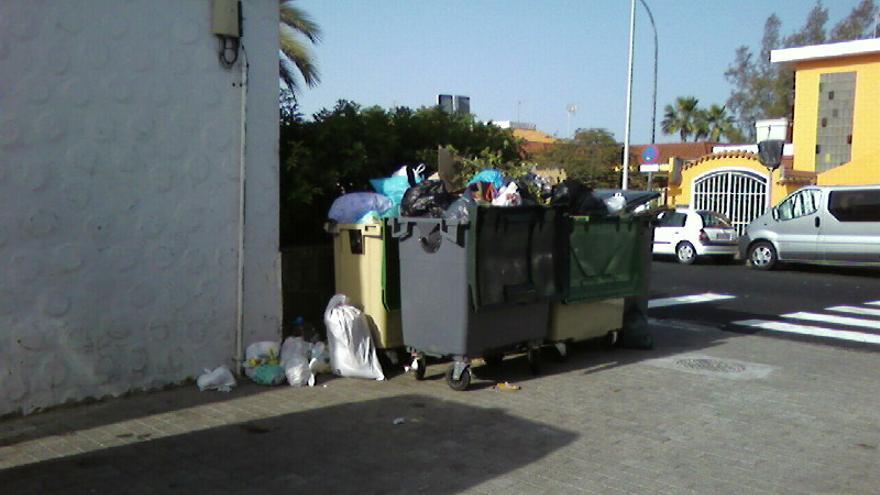 Contenedores de basura en el barrio marinero de Arguineguín.