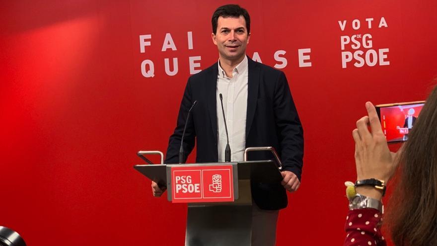 Gonzalo Caballero, líder del PSdeG, en rueda de prensa ante el rótulo cuya retirada el PP ha pedido ante la Junta Electoral