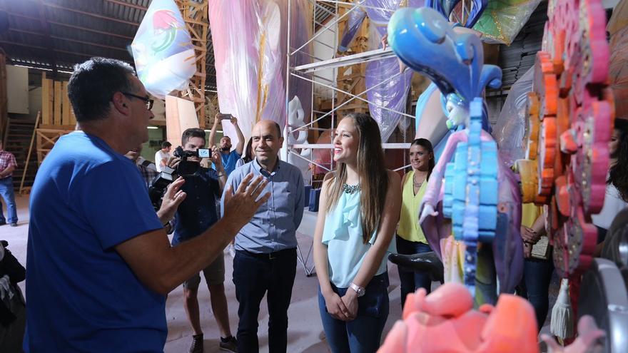 Pedro Espadero explica al alcalde Gabriel Echávarri y a la bellesa Ana Belén Castelló la Foguera Oficial en su taller