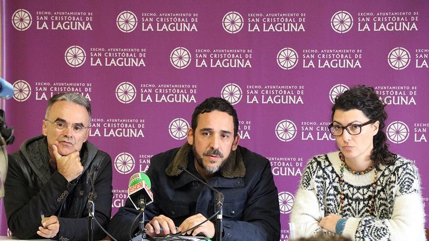 Rubens Ascanio (centro), portavoz de Unidos Se Puede en La Laguna, en la rueda de prensa de este lunes