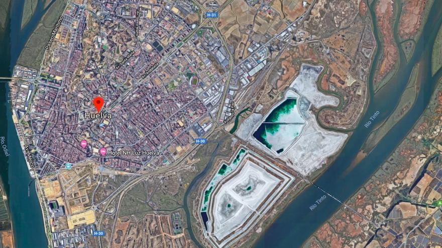 Imagen por satélite de Huelva capital, con las balsas pegadas a las viviendas.