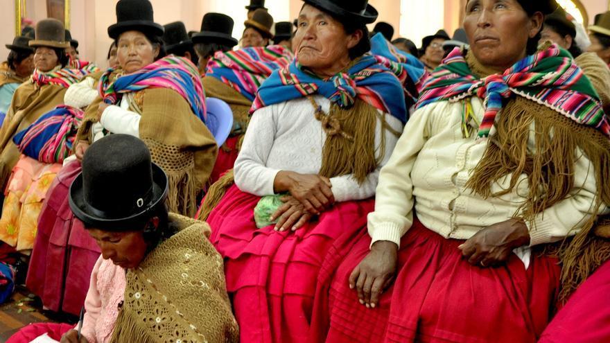 Las mujeres indígenas en Bolivia -como en la foto- caminan durante horas para llegar a la clínica más cercana y dar a luz / Alianza por la Solidaridad