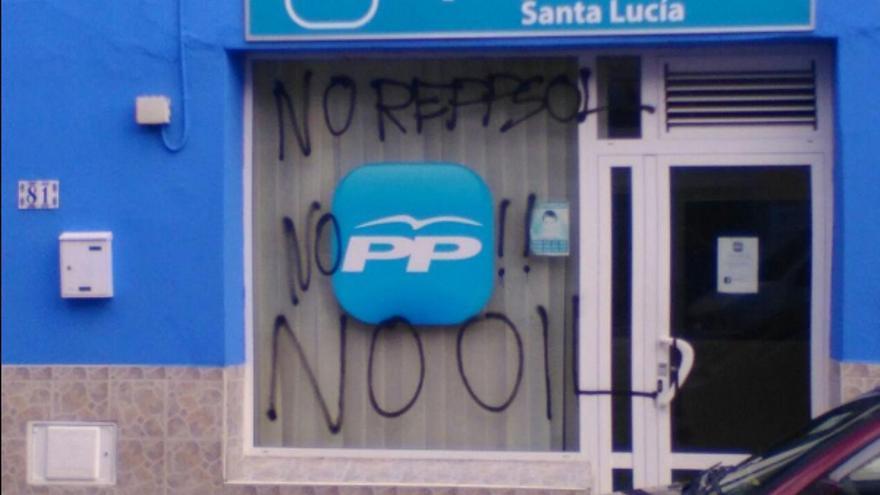Pintadas contra las prospecciones petrolíferas en la sede del PP de Santa Lucía.