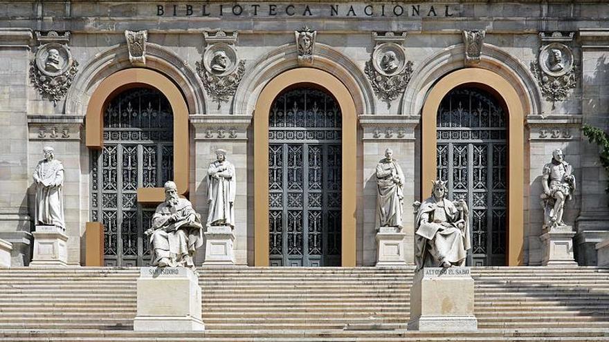 Estatuas de Lope de Vega y Cervantes, tras la de Alfonso X El Sabio, en la escalinata de la Biblioteca Nacional de España (Madrid)