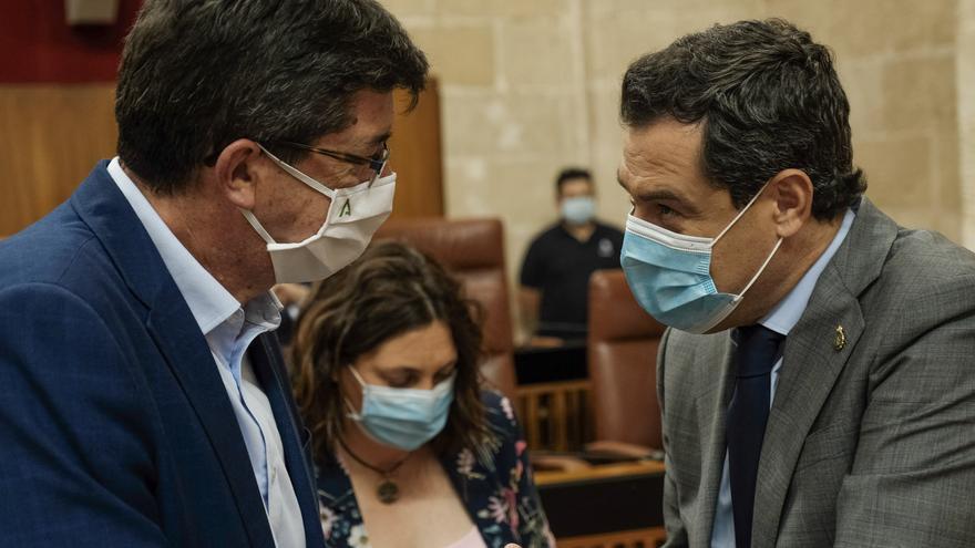 El presidente andaluz Juanma Moreno junto al vicepresidente de la Junta, Juan Marín, durante el Pleno del Parlamento.