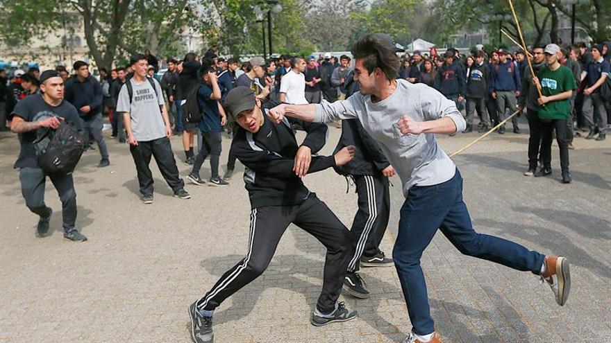 La policía disuelve una manifestación de estudiantes secundarios en Chile