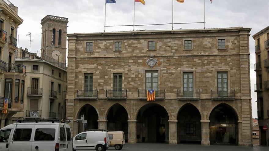 """Ayuntamientos catalanes desoyen a la Junta Electoral y mantienen las """"estelades"""""""