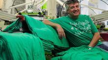 Isidro Pérez, propietario de la serigrafía que imprimió la primera camiseta verde y miembro de la Plataforma de Vallecas por la Escuela Pública  Palomeras Bajas de Vallecas. / Marta Jara