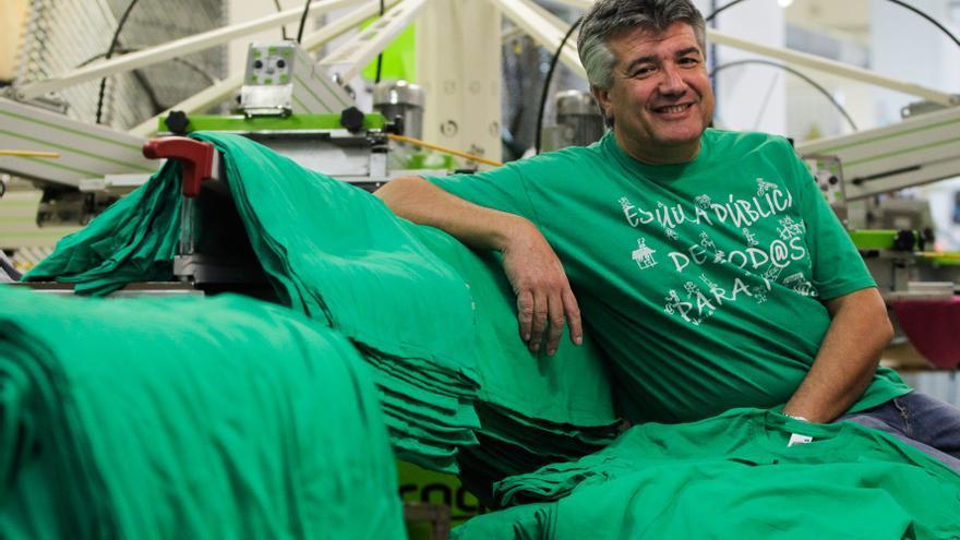 Isidro Pérez, propietario de la serigrafía que imprimió la primera camiseta verde y miembro del AMPA del colegio Palomeras Bajas de Vallecas. / Marta Jara