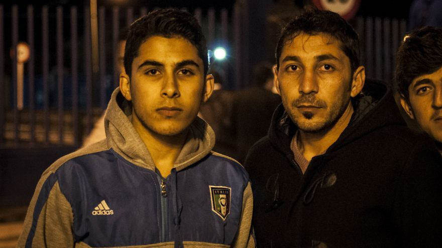 Moham y Khaled, acogidos en el centro de inmigrantes, esperaban reunirse con sus familiares al otro lado de la frontera / Jesús Blasco de Avellaneda