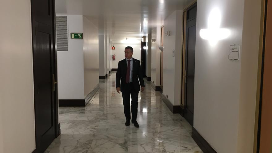 Urkullu, en los pasillos del Parlamento vasco.