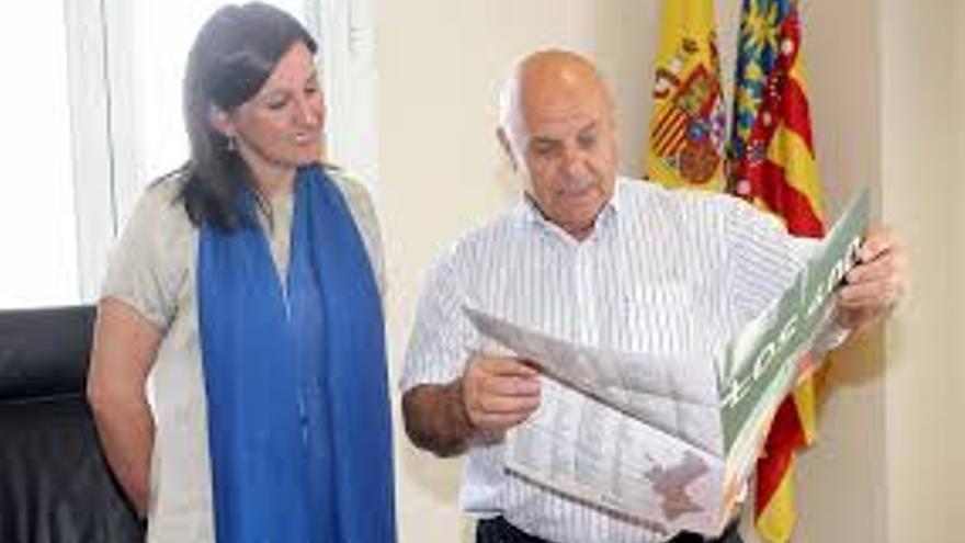 La consellera de Educación, María José Catalá, con el alcalde de San Antonio de Benágeber, Eugenio Cañizares.