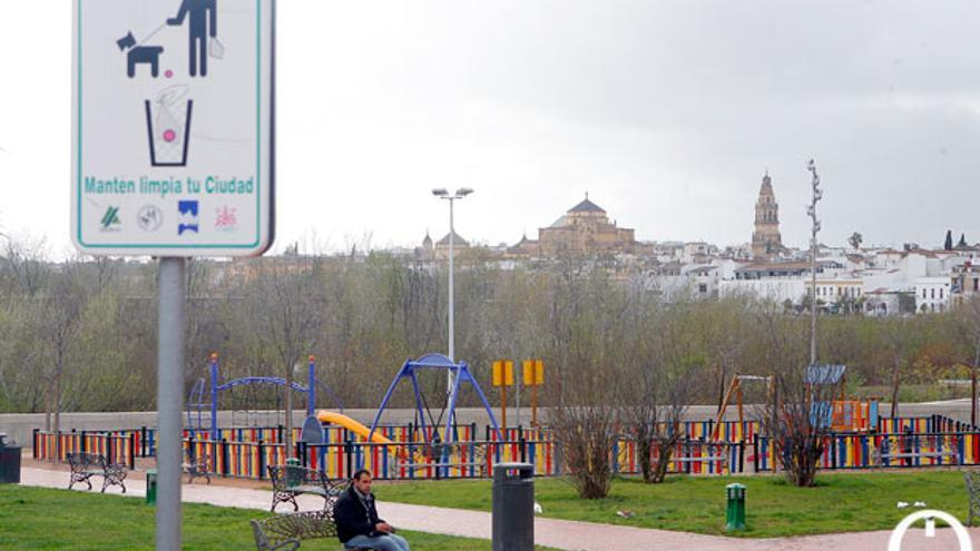 Cartel que recomienda la limpieza instalado en el Balcón del Guadalquivir.   MADERO CUBERO