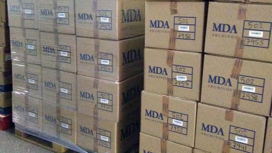 Unas cajas de la empresa MDA Gestión de la Información con documentación en el Hospital de la Ribera
