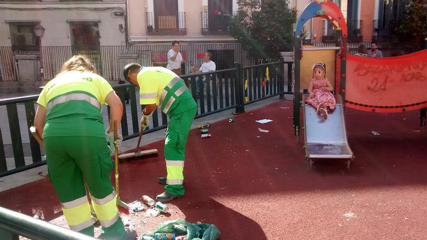 Operarios de limpieza en el parque de Juan Pujol | RAQUEL ANGULO