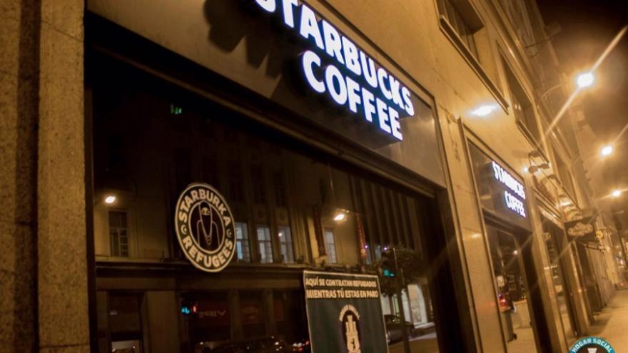 El Starbucks de la callé Alcalá, en el centro de la capital, tras la acción del colectivo | Cuenta de Twitter de Hogar Social Madrid