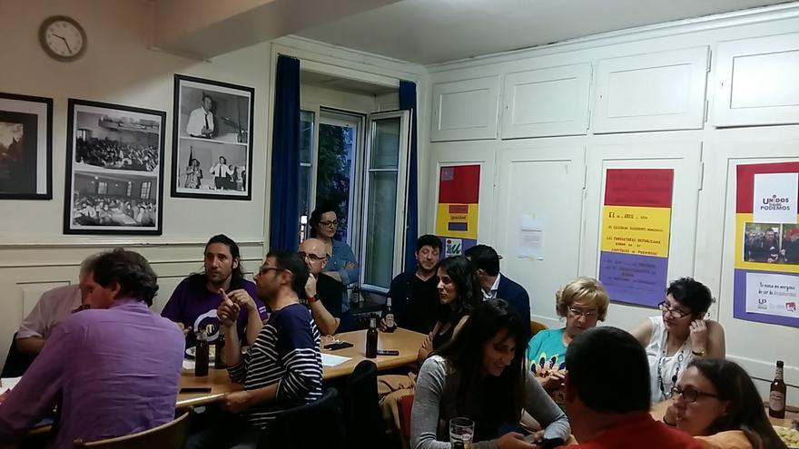 Noche electoral en la sede que Izquierda Unida comparte con Podemos en Zúrich.