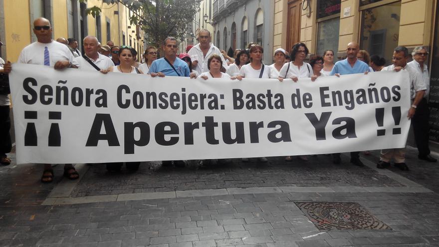 Algunos vecinos de Santa Lucía acudieron para protestar contra la Consejería de Sanidad.