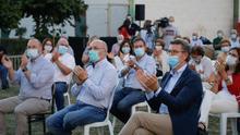Manifestantes en defensa de la sanidad pública reciben a Feijóo en Verín con una cacerolada