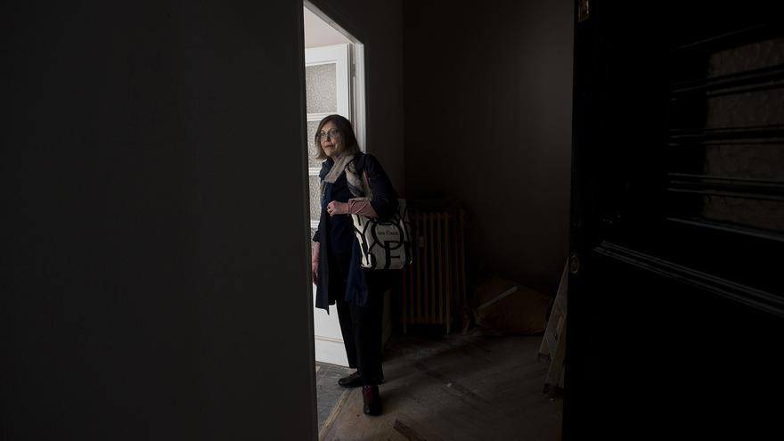 Berta Sichel, una de las vecinas que tuvo que dejar el edificio de García Paredes, mira la que fue su casa durante más de 16 años. / Fernando Sánchez