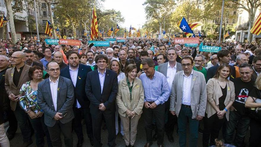 Miles de personas, con Govern al frente, protestan contra las medidas del Estado
