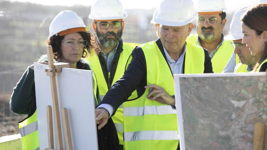 El consejero de Obras Públicas, Transportes y Vivienda del Gobierno de Canarias, Sebastián Franquis, señala un documento de las obras de la IV Fase de la Circunvalación a su paso por el municipio de Arucas.