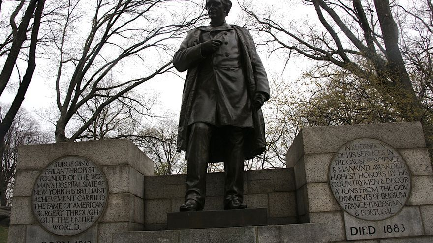 Estatua en honor a James Marion Sims en el Central Park de Nueva York