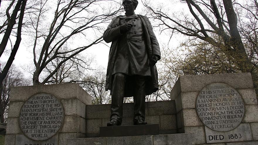 Estatua en honor a James Marion Sims en el Central Park de Nueva York