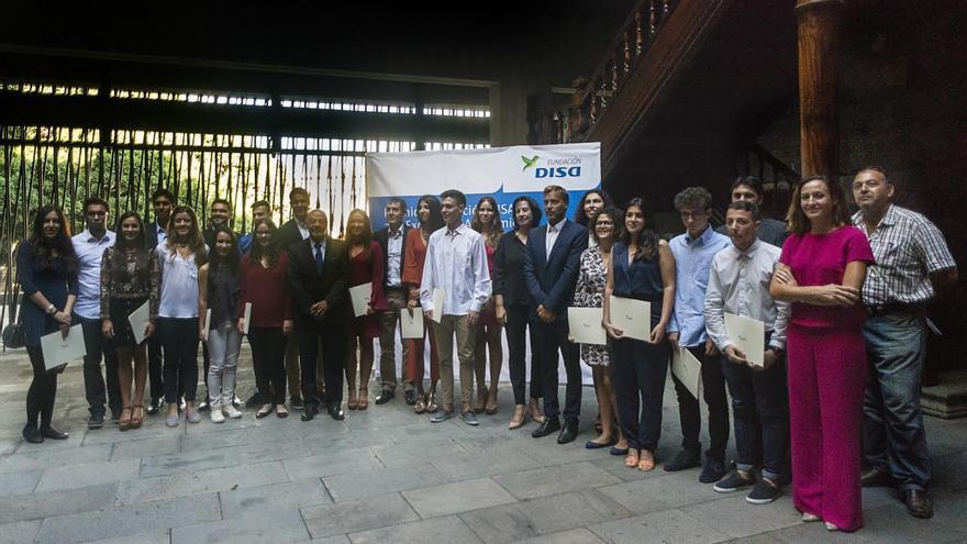 En la imagen, los alumnos  que han recibido los premios a la Excelencia Académica2015, junto a autoridades.