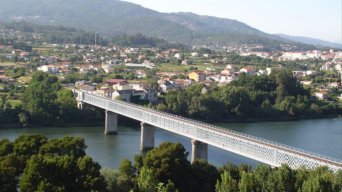 El antiguo puente internacional que une Tuy (Pontevedra, Galicia) con Valença do Minho (Portugal)