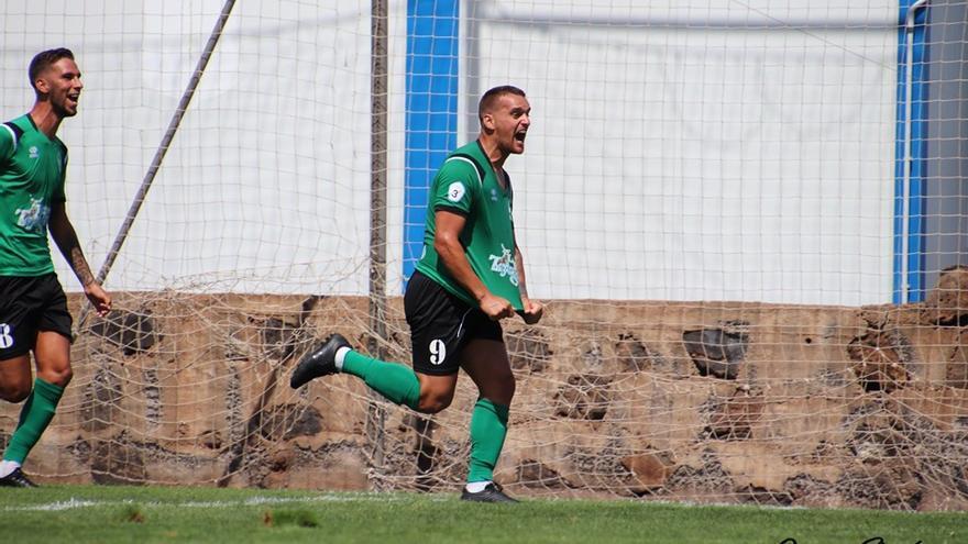 Álex Yunes celebra uno de los tantos logrados en el Atlético Paso