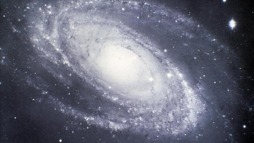 Hallan un microcuásar en una galaxia espiral que podría albergar un agujero negro peculiar