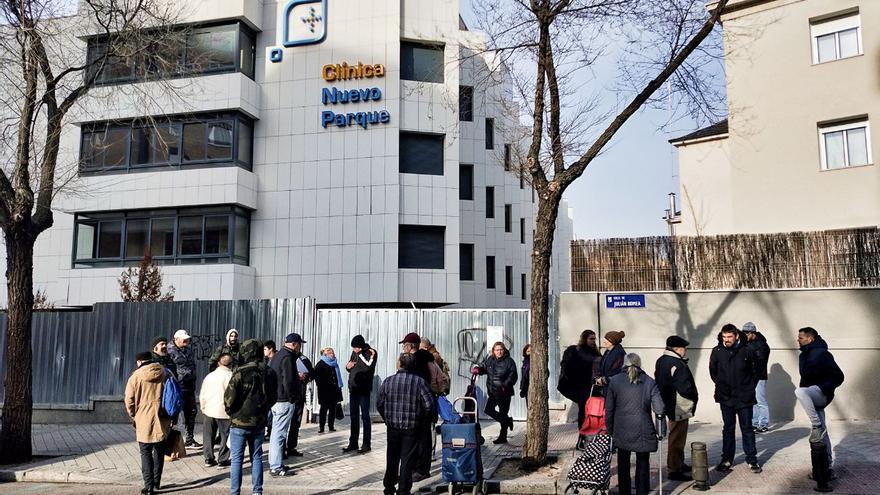Una veintena de personas espera para entrar al edificio ocupado este lunes por el grupo de ultraderecha Hogar Social.