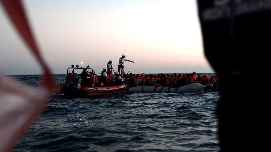 Imagen del rescate en alta mar que tuvo lugar en la madrugada del pasado domingo 10 de junio en el Mediterráneo central. La ONG SOS Méditerranée socorrió a 229 personas, mientras que el resto de migrantes fueron rescatados por la Guardia Costera italiana y barcos mercantes, y después los trasladaron al Aquarius. En total, 629 personas permanecen en el buque operado por SOS Mediterranée y MSF después de que Italia y Malta denegaran el desembarco de la nave en sus puertos. Foto: Karpov / SOS MEDITERRANEE