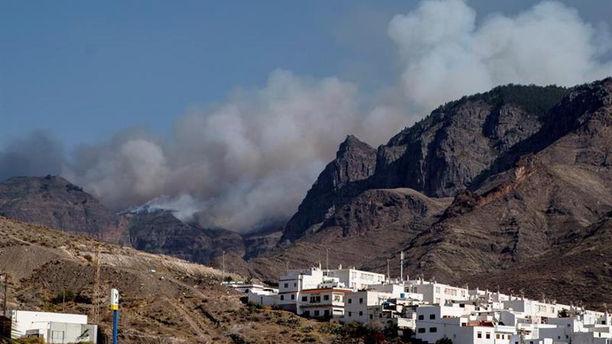 Fuego en el Parque Natural de Tamadaba, visibles desde el casco de Agaete. (EFE)