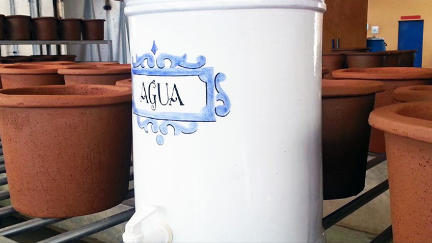 El ecofiltro da un litro de agua salubre cada dos horas.