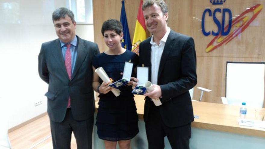 El presidente del Consejo Superior de Deportes, Miguel Cardenal (i), la tenista Carla Suárez Carla Suárez (c) y el entrenador Xavier Budó (d). (Twitter oficial CSD).