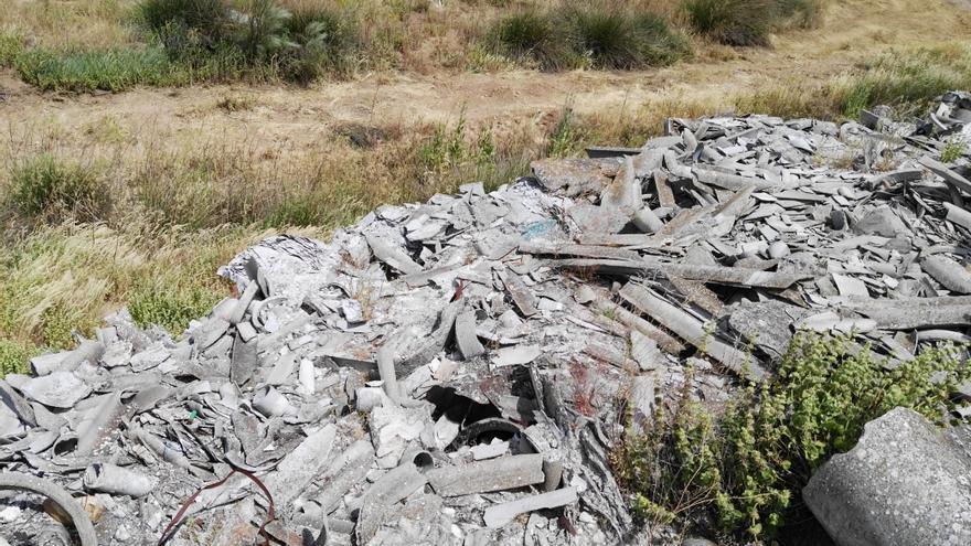 Vertido de amianto en la parcela antes de iniciarse los trabajos