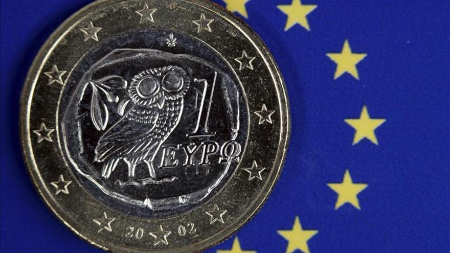 El euro cae hasta los 1,1027 dólares