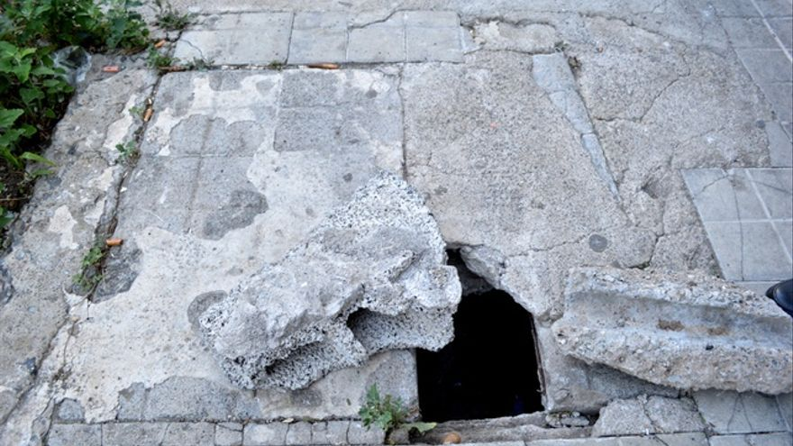 La falta de luz y de servicios obliga a los vecinos a tapar los agujeros con piedras. FOTO: Iago Otero Paz.
