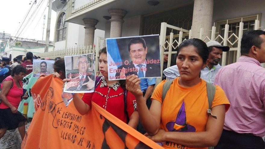 Activistas de el COPINH frente a los juzgados para exigir la captura de los autores intelectuales del asesinato de Berta Cáceres. | COPINH
