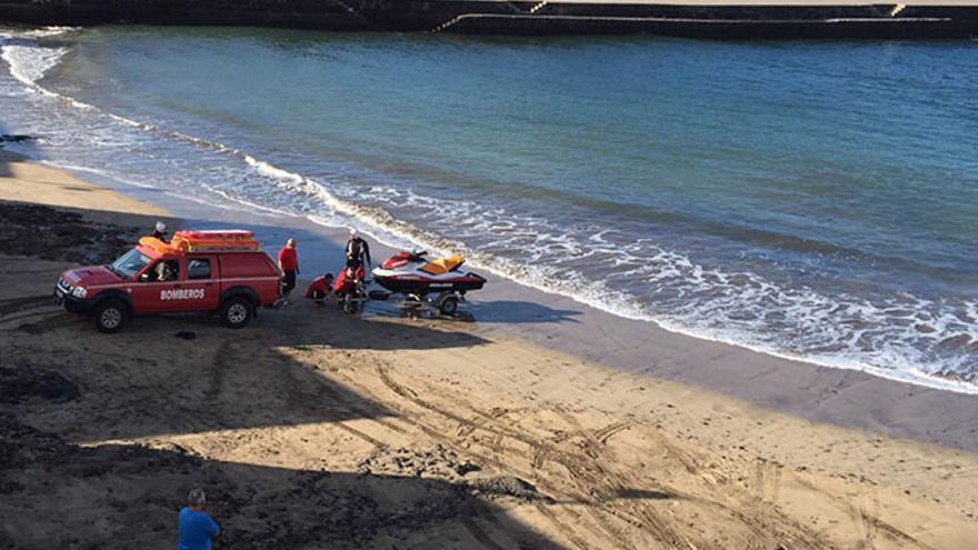 Efectivos del Consorcio de Seguridad y Emergencias, este lunes en Caleta de Famara. (Diario de Lanzarote)