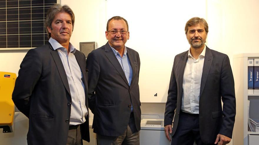El presidente de la empresa valenciana Ampere Energy, Pablo Segura (d), el fundador de SM Advance Energy, Santiago Marrero (c), y el delegado de Ampere Energy en Canarias, Antonio Marrero (i).
